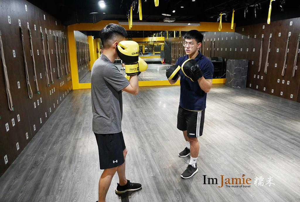 OMEGA_will教練在上拳擊課程.jpg