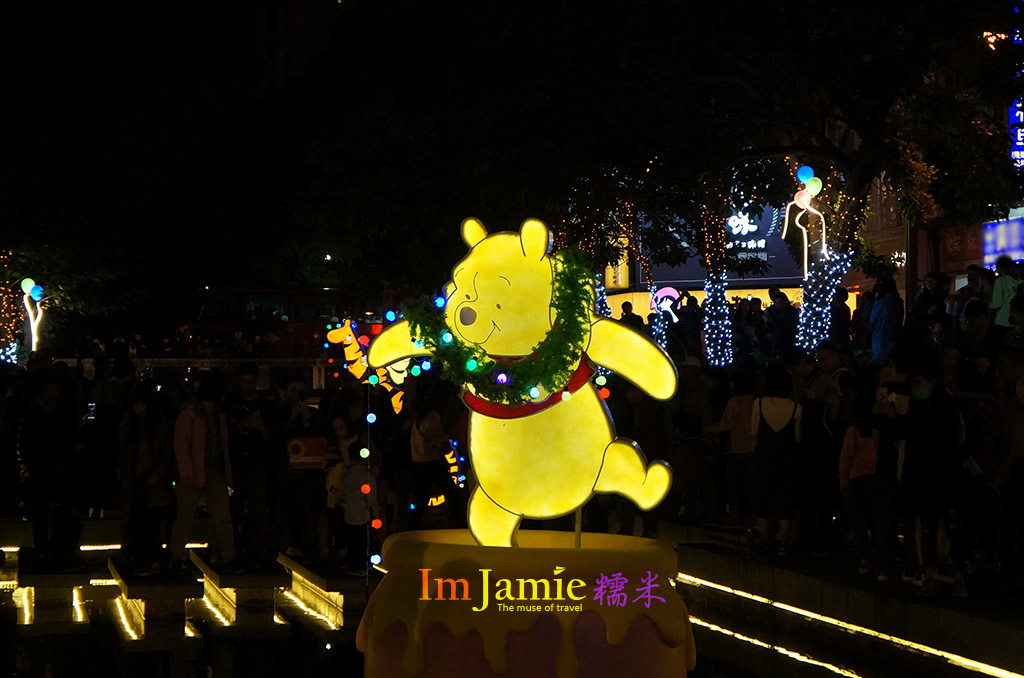 人氣王維尼,在黑暗中黃色真的很吃香阿~.jpg