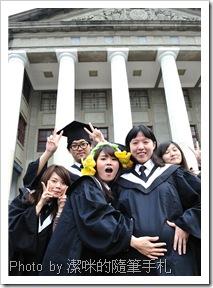 即將畢業的潔咪與同學們