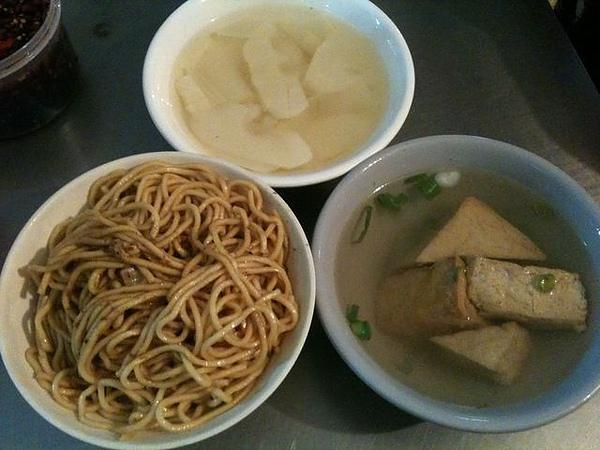 炒麵.竹筍湯.油豆腐湯