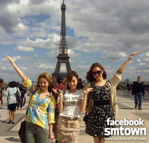 巴黎鐵塔前的三位美女.jpg