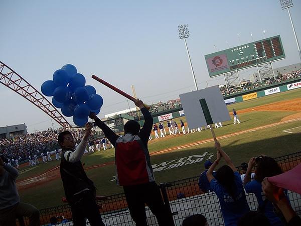 熱血的某人,做成了一整個氣球棒!