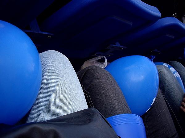 手要拿加油棒,所以都把氣球夾住,怕飛走
