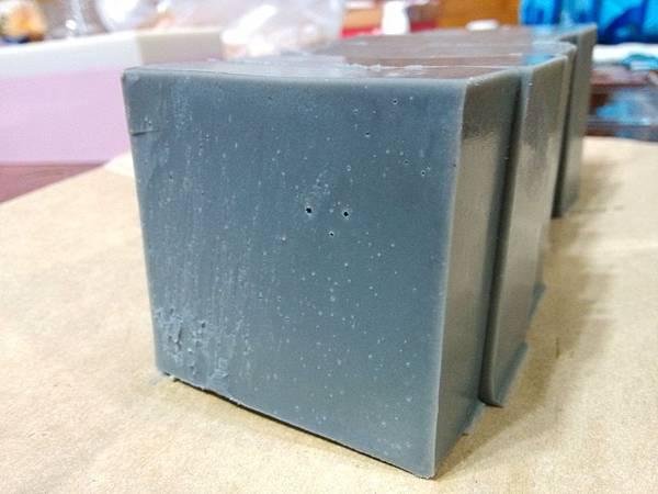 20150330茶樹竹炭皂切片06.jpg