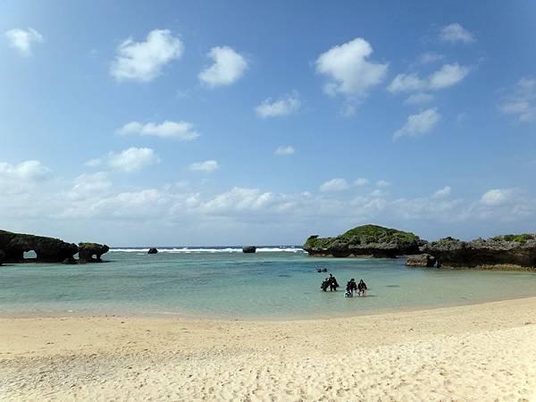 【沖繩】自己浮潛玩水 自由免費的「裏真榮田」海灘
