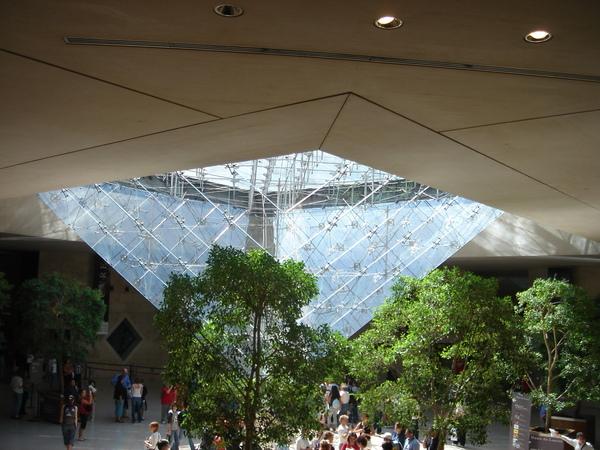 6metro接羅浮宮附近的倒玻璃金字塔.JPG