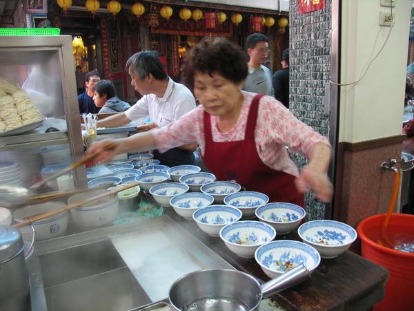 等著吃餛飩的人有多多?看排滿碗的樣子就知道