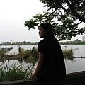 坐在木柵道上吹著風望著湖