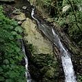 步道旁的小瀑布
