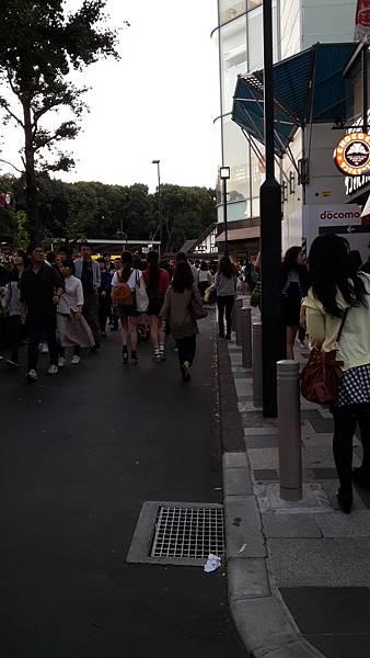 Garrett 爆米花-原宿排隊人潮-3.jpg