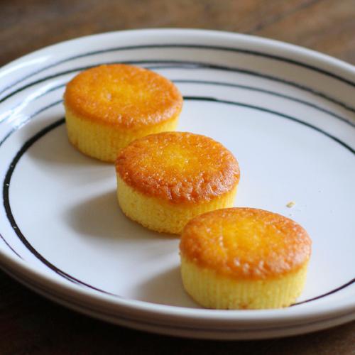 主要材料有雞蛋、生奶油、蜂蜜、麵粉等烘培軟棉蛋糕。  鬆烤海棉蛋糕 298 x 120 x 73mm (6個入一盒) 代購價NT$520元(不含運)