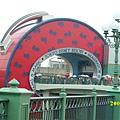 東京迪士尼樂園‧行李箱造型入口.JPG
