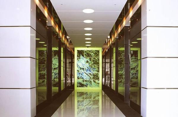 經貿大樓一樓電梯廳端牆窯燒彩玻