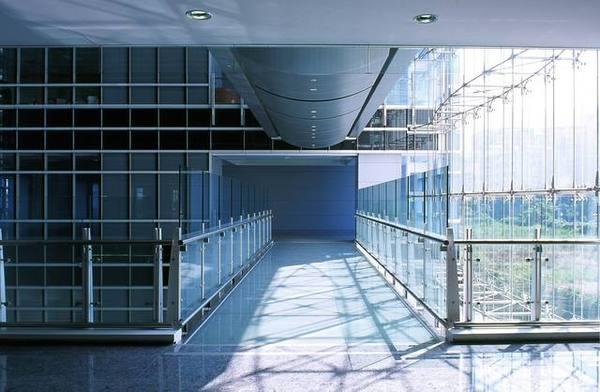 經貿大樓欄杆地坪全玻璃空橋