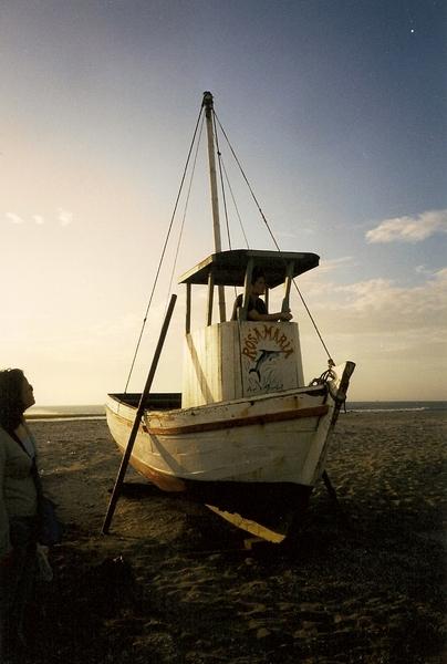 海邊的一艘廢棄漁船