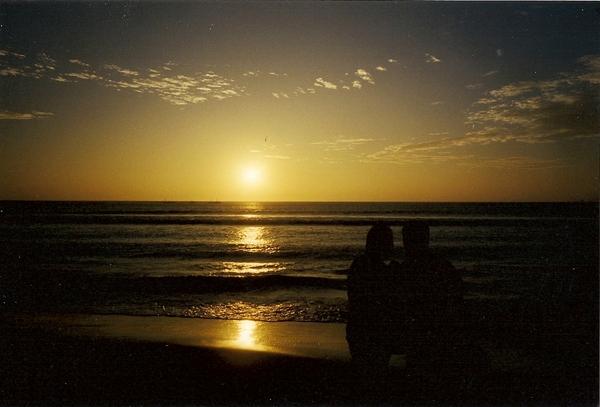 美麗的落日和誰去拍都行的兩個黑色剪影
