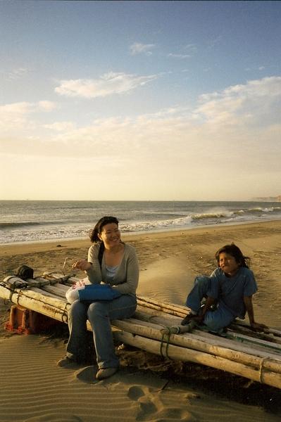 海邊遊蕩的小女孩