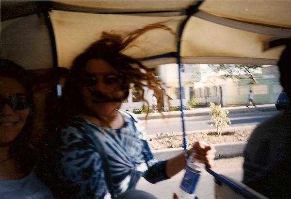 我和Marilyn擠在Motortaxi後座