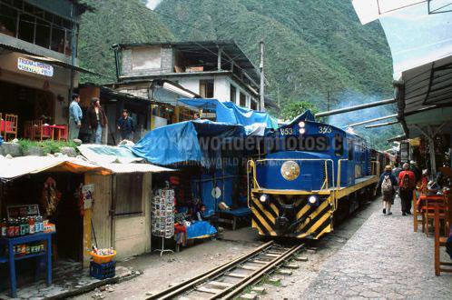 火車進入馬丘比丘的城市