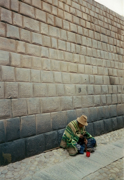 庫斯科有名的一堵石牆和一個當地的老人