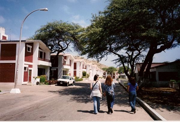 秘魯姐妹花和頭髮會發亮的我走在他們家社區