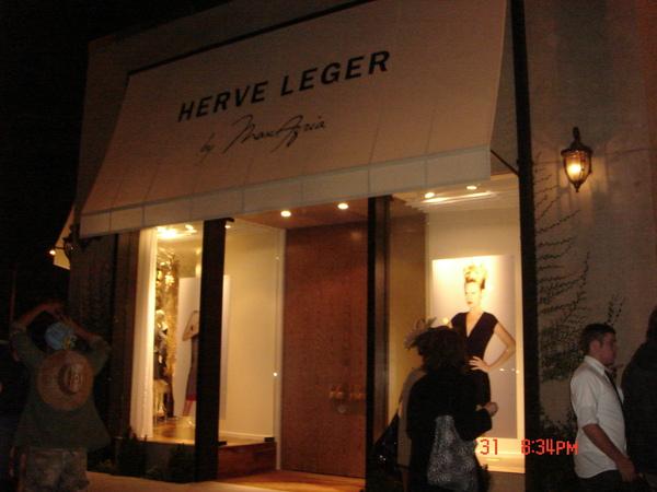 我們突然發現Herve Leger的店, 有名的繃帶洋裝