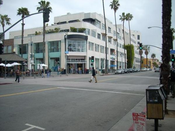 三街人行步道和Santa Monica的路口