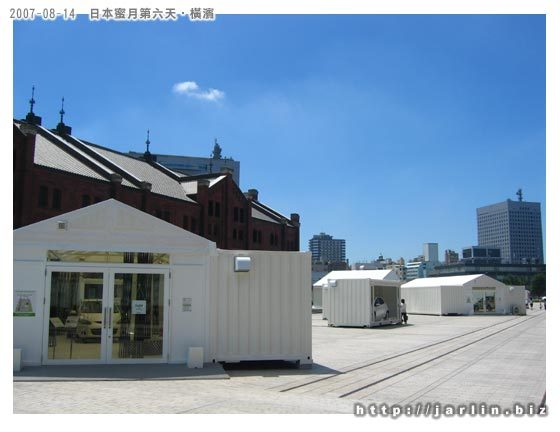 一個個貨櫃車,還有接待的小屋
