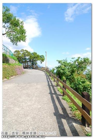 這段斜坡有木頭柵欄跟影子,景色宜人!