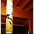 """水墨畫做成的燈籠,上頭有寫""""湖畔花時間"""""""