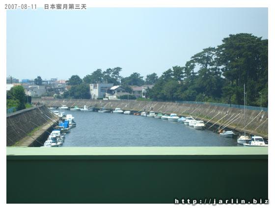 電車經過一條河,河邊停了好多小艇