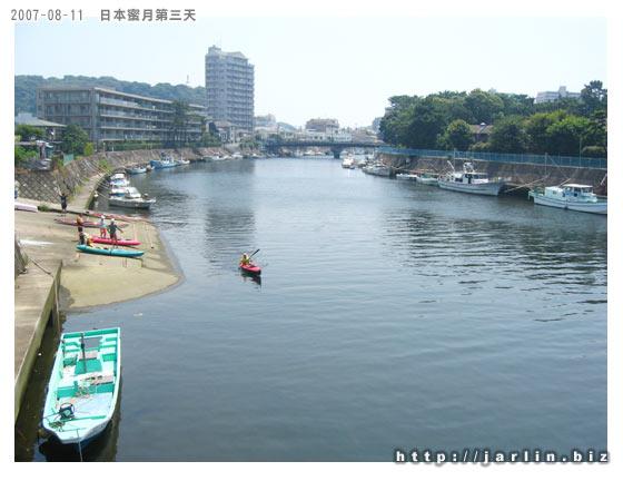 經過一座橋,有人正下水要划船