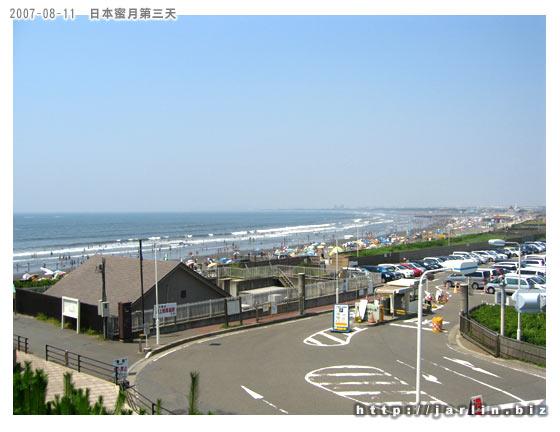 在天橋上遠遠就看到海灘上好多人
