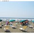 沙灘上做日光浴的人們