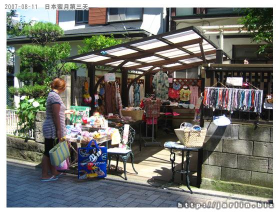 通往江之島的街上,很多賣飾品跟海灘用品的店家