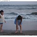 這對姊弟一直在沙灘上玩