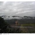 雲霧很低,盤在山腰上