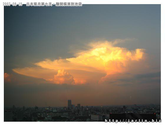 壯闊的雲跟塵世的喧擾,是一種對比