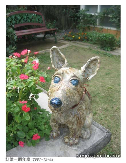 老闆為紀念寵物而立的狗狗塑像