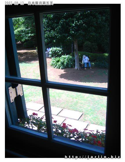 窗外有人在寫生