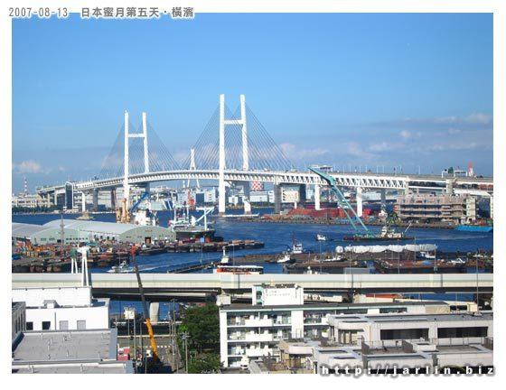 可以看到港灣大橋還有那些裝卸貨物的船隻