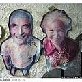 咖啡店牆上有無米樂的崑濱伯跟崑濱姆的大頭照,超可愛!