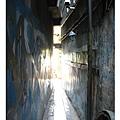 通過小小的通道,彷彿穿越時光隧道