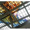 高高的屋頂有一大片數位彩繪玻璃