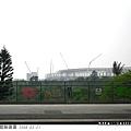在月台上遠遠看興建中的體育場