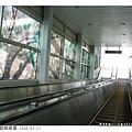 電梯旁的數位彩繪玻璃是依照窗外的景緻來搭配設計