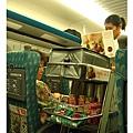 高鐵餐車,忘記高鐵可以買便當,不然在車上吃便當應該也很有趣~