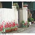 圍牆旁花盆上的花都是假的喔!