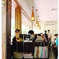 門邊有一些書籍與雜誌可以拿去翻閱