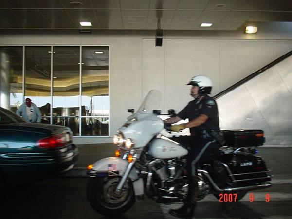LA機場接JASON 但一直被警察趕